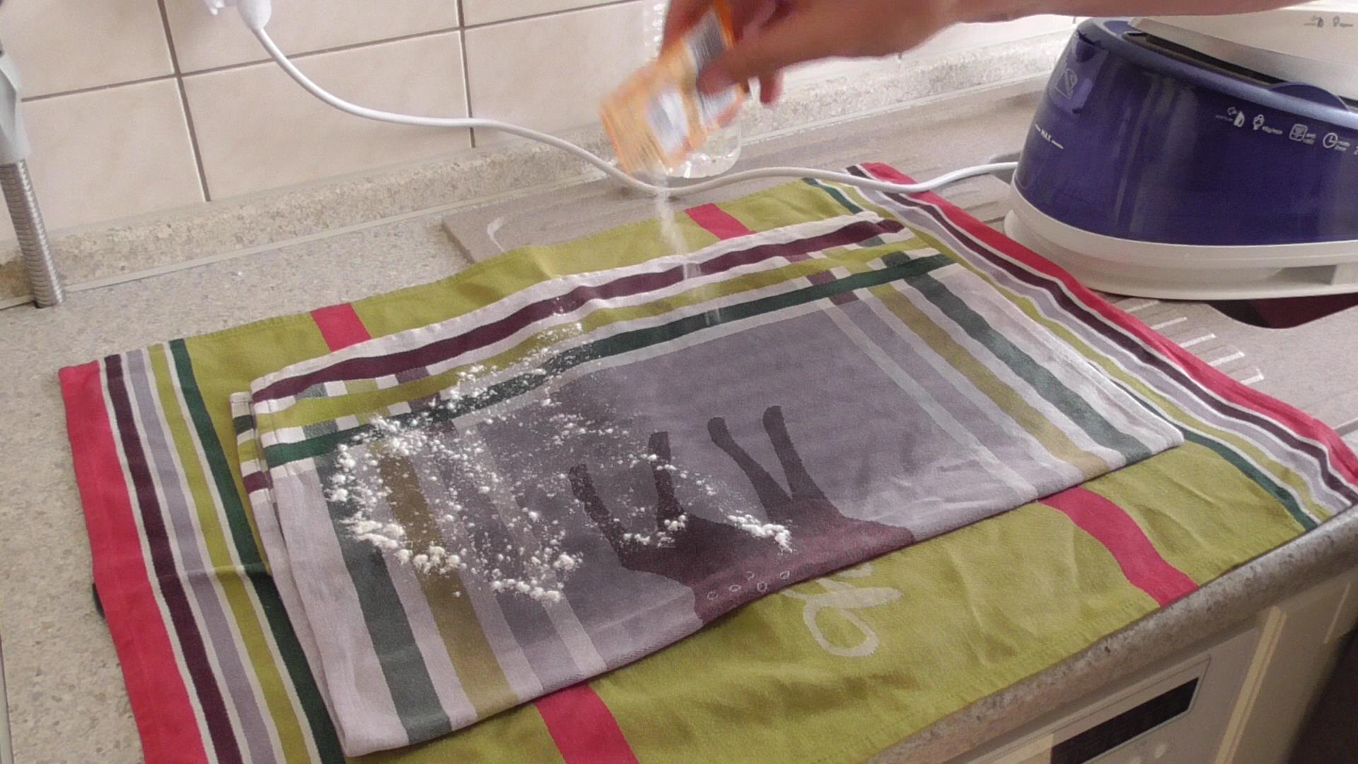Backpulver auf Tuch verteilen