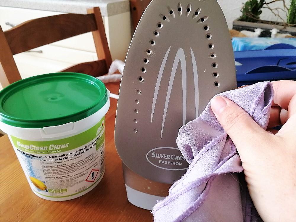 Bügelsohle reinigen mit Zitronensäure