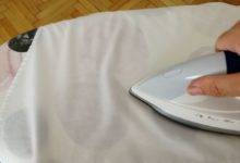 Bügeln eines Hemdes mit Dampf