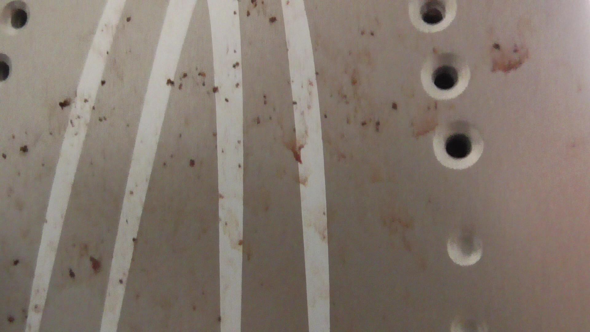 Schmutzige Bügelsohle einer Dampfbügelstation